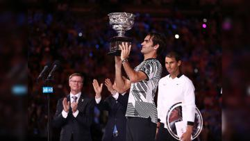 Roger Federer saat angkat trofi Australia Terbuka 2017.