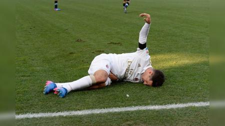 Gelandang AC Milan, Giacomo Bonaventura terkapar saat melawan Udinese. - INDOSPORT