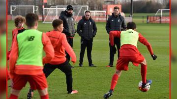 Steven Gerrard memantau latihan para pemain Liverpool junior latihan.