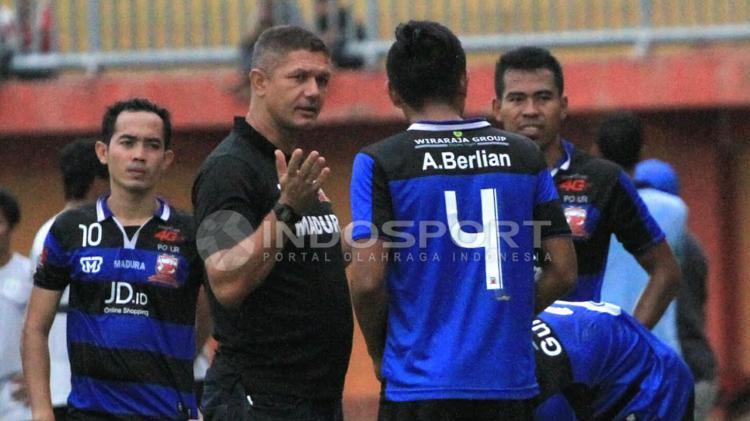 Gomes De Oliviera (pelatih Madura United FC) Copyright: Ian Setiawan/Indosport