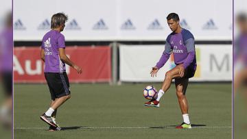 Fabio Coentrao (kiri) dan Cristiano Ronaldo saat dalam sesi latihan.