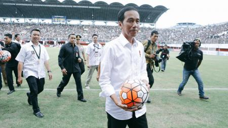 Presiden Idonesia ke-7, Joko Widodo, membuka langsung Turnamen Piala Presiden 2017. - INDOSPORT