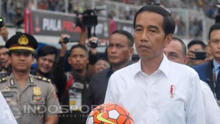 Presiden Joko Widodo saat membuka langsung Turnamen Piala Presiden 2017. - INDOSPORT