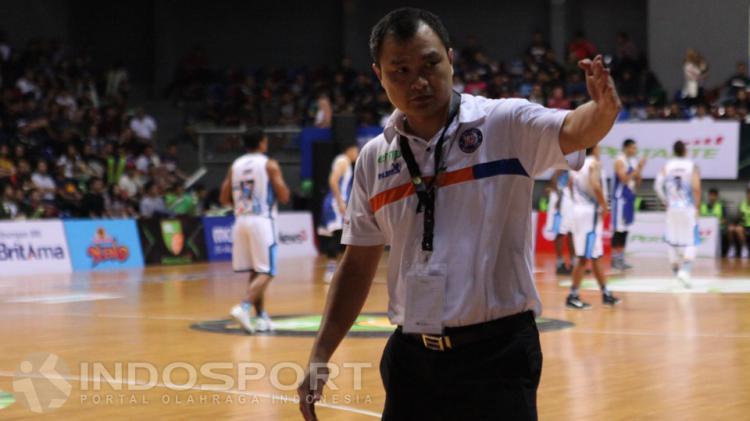 Pelatih Pelita Jaya, Johanis Winar memberikan arahan pada anak asuhnya. Copyright: Jerry Petrus Manus/INDOSPORT
