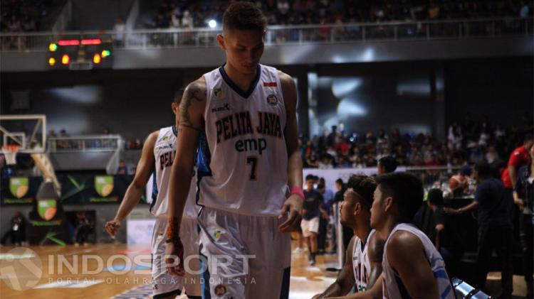 Pemain Pelita Jaya, Daniel Wenas tertunduk lesu usai timnya kalah dari Satria Muda. Copyright: Jerry Petrus Manus/INDOSPORT