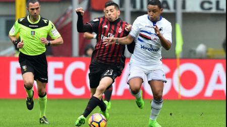 Para pemain AC Milan dan Sampdoria gagal mencetak gol di babak pertama. - INDOSPORT