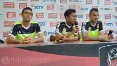 Indosport - Pelatih Bhayangkara FC, Simon McMenemy (kiri) saat konfrensi pers usai laga melawan Arema FC.