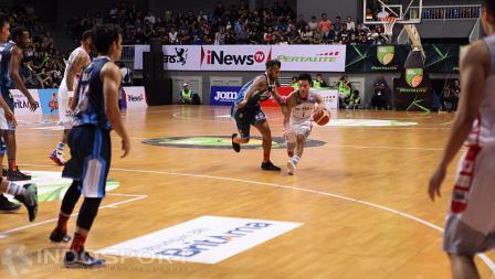 Pemain Aspac Jakarta, Andakara Prastawa melakukan dribble ditempel ketat pemain Pelita Jaya, Yogi da Silva.