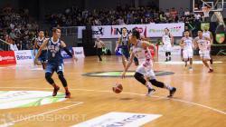 Pemain Aspac Jakarta, Damar Abraham berusaha melewati penjagaan pemain Pelita Jaya.