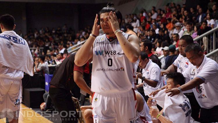 Ekspresi kekecewaan pemain Aspac Jakarta, Valentino Wuwungan saat timnya gagal mecetak poin.