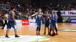 Pemain Pelita Jaya, Daniel Wenas (kedua dari kiri) membangkitkan semangat rekannya saat timnya tertinggal.