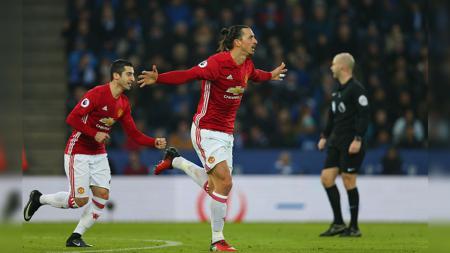 Zlatan Ibrahimovic ketika melakukan selebrasi usai membobol gawang Leicester City. - INDOSPORT