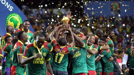 Pemain Kamerun selebrasi bersama trofi Piala Afrika 2017 usai kalahkan Mesir. - INDOSPORT