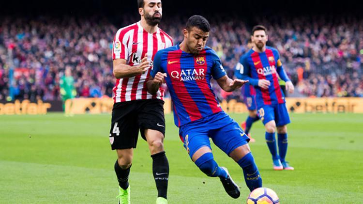 Gelandang barcelona, Rafinha Alcantara berusaha melewati pemain Athletic Bilbao. Copyright: Alex Caparros/Getty Images