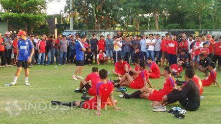 Penggawa lapis dua PSM Makassar dikalahkan tim amatir dalam laga uji coba. - INDOSPORT