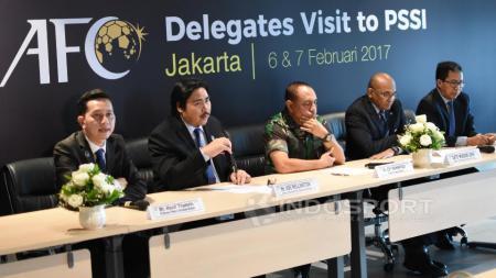 Kiri-kanan: Hanif Thamrin, Ade Wellingson, Edy Rahmayadi, Dato Windsor John dan Joko Driyono. - INDOSPORT
