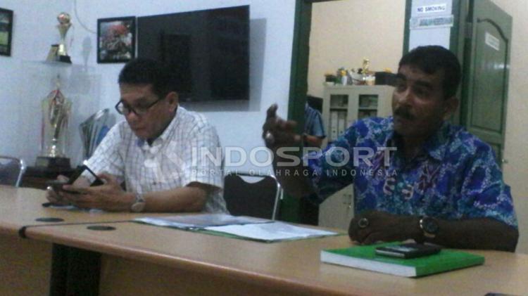 ulius Raja bersama Plt. Ketua Umum PSMS Medan saat memberikan keterangan di sekretariat Kebun Bunga Medan Copyright: Kesuma Ramadhan/Indosport