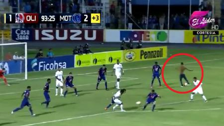 Fans ikut cetak gol ke gawang lawan. - INDOSPORT