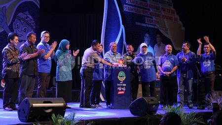 Ahmad Heryawan selaku Gubernur Jawa Barat memberikan penghargaan kepada peraih medali PON Jabar 2016. - INDOSPORT