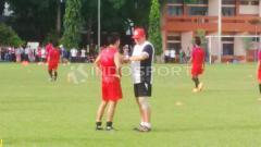 Indosport - Arthur Irawan mengaku sedih lantaran gagal membawa kemenangan bagi PSM Makassar dalam laga debutnya.