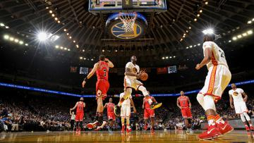 Pertandingan antara Chicago Bulls (merah) vs Golden State Warriors.
