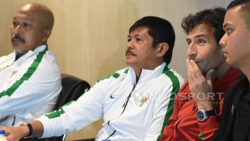 Pelatih Timnas Senior dan U-22, Luis Milla (kanan) bersama Pelatih Timnas U-19, Indra Sjafri (tengah) dan Pelatih Timnas U-16, Fakhri Husaini pada prescon di Kantor PSSI.