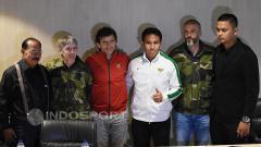 Indosport - Pelatih Senior dan U-22, Luis Milla (ketiga dari kiri) foto bersama dengan tiga asisten pelatihnya termasuk Bima Sakti.