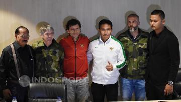 Pelatih Senior dan U-22, Luis Milla (ketiga dari kiri) foto bersama dengan tiga asisten pelatihnya termasuk Bima Sakti.