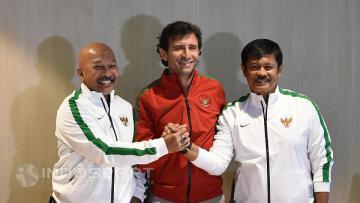 Pelatih Timnas Senior dan U-22, Luis Milla (tengah) bersama Pelatih Timnas U-19, Indra Sjafri (kanan) dan Pelatih Timnas U-16, Fakhri Husaini foto bersama usai perkenalan dan prescon para