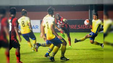 Boaz Solossa saat mengeksekusi bola ke arah gawang Persegres Gresik United.