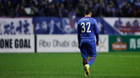 Carlos Tevez tertunduk lesu usai timnya, SHanghai Shenhua, kalah 2-0 oleh Brisbane Roar. - INDOSPORT