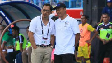 Pelatih Arema FC, Aji Santoso (kiri).