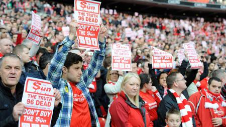 Fans Liverpool ungkapkan perasaan mereka terkait pemberitaaan dari media The Sun di final Piala Liga 2012 melawan Cardiff City di Wembley. - INDOSPORT