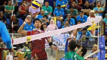 Sebuah smash keras dari pemain Jakarta Electric PLN.