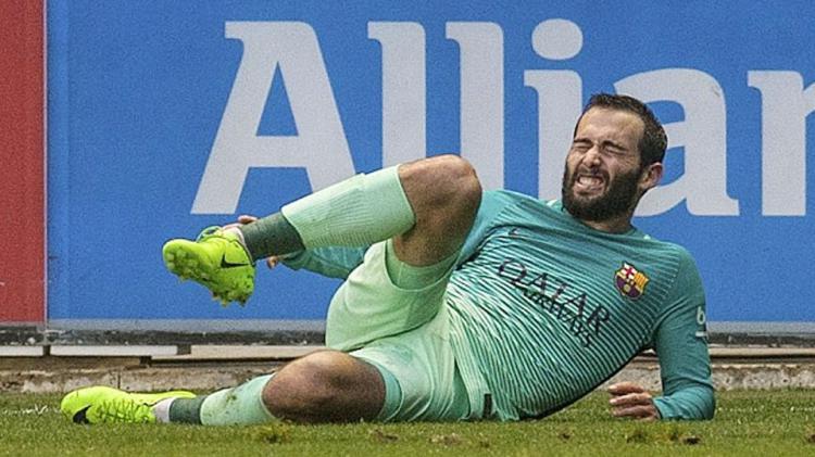 Aleix Vidal kesakitan setelah mengalami benturan dengan Theo Hernandez. Copyright: Istimewa