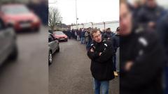 Indosport - Antrian para pendukung Sutton United membanjir hingga ke lapangan parkir.