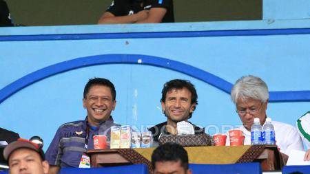Iwan Budianto, Luis Mulla, dan Danurwindo saat menyaksikan langsung laga Piala Presiden 2017 di Malang. - INDOSPORT