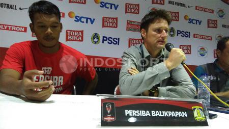 Pelatih Persiba Balikpapan, Timo Scheunemann (kanan). - INDOSPORT