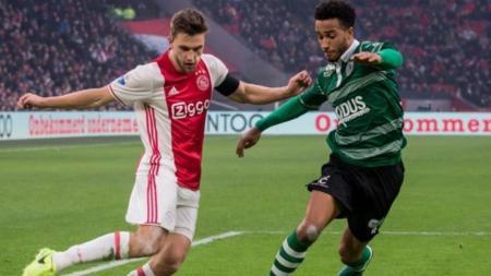 Klub sepak bola Serie A Liga Italia, AS Roma, kabarnya tengah menaruh minat pada pemain Ajax Amsterdam, Joel Veltman (kiri). - INDOSPORT