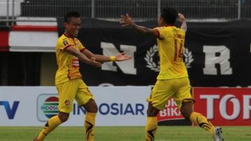 Selebrasi Slamet Budiono usai mencetak gol melawan Barito Putera.