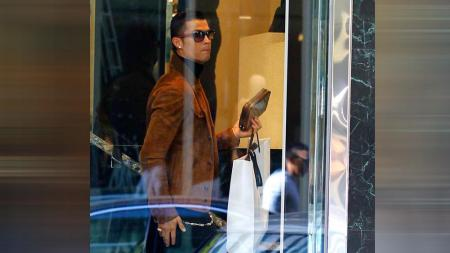 Cristiano Ronaldo menyempatkan diri berbelanja demi membahagiakan kekasih di Hari Kasih Sayang. - INDOSPORT