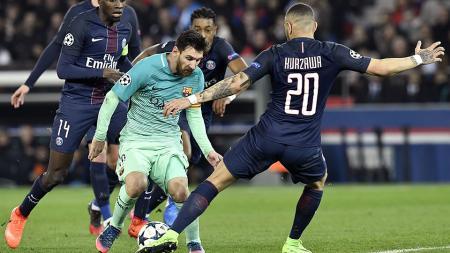 Aksi Lionel Messi berusaha melewati hadangan pemain PSG di leg pertama babak 16 besar Liga Champions. - INDOSPORT