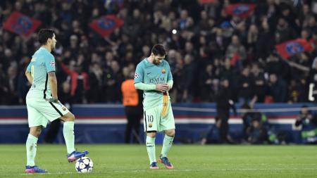 Lionel Messi (kanan) tertunduk lesu saat melawan PSG. - INDOSPORT