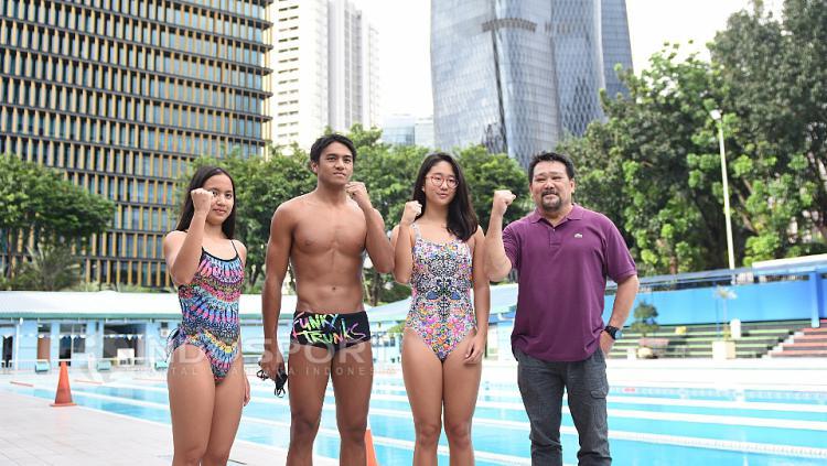 Tiga atlet renang Indonesia untuk SEA Games 2017, Angel Gabrielle Yus (kiri), Gagarin Nathaniel (kedua dari kiri), Felicia Angelica (kedua dari kanan), dan pelatih Marifa Herman Yus.