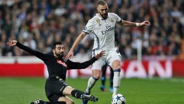 Karim Benzema menjadi penyelemat Real Madrid di babak pertama melawan Napoli.