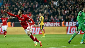 Thiago Alcantara berlari merayakan keberhasilannya mencetak gol ke gawang Arsenal.