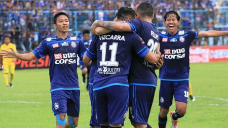 Adam Alis dan Dendi Santoso saat merayakan gol Esteban Vizcarra - INDOSPORT