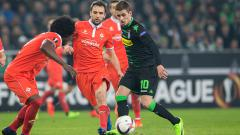 Indosport - Hazard mencoba melewati hadangan bek Fiorentina.