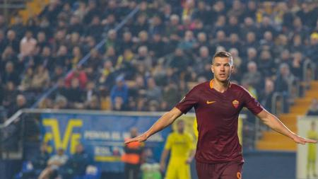 Edin Dzeko menjadi bintang dengan tiga golnya ke gawang Villarreal di 32 besar Liga Europa. - INDOSPORT