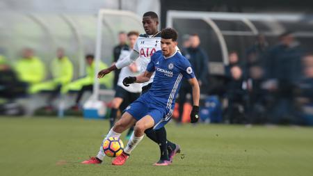 Dominic Solanke mengontrol bola dari pemain Tottenham Hotspur dalam pertandingan Liga Primer Inggris 2 pada beberapa pekan yang lalu. - INDOSPORT